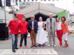 """En el Festival Latino de la ciudad de Interlaken (BE) se rindió un significativo homenaje al Perú. En la foto, el Embajador del Perú Luis Chuquihuara, el Alcalde de Interlaken Urs Graf, la familia Baumann organizadora del evento y Madeleine Ae, Directora del Grupo de Baile """"América Baila""""."""