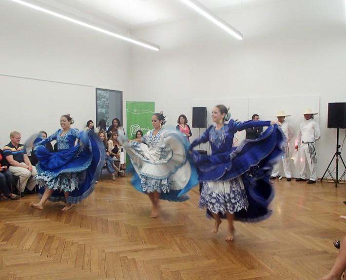 """Después de la Misa Solemne que congregó a la comunidad peruana residente, los grupos de Baile """"América Baila"""" y """"Tusuy Tanz Theater Co."""", Ofrecieron un notable espectáculo artístico."""