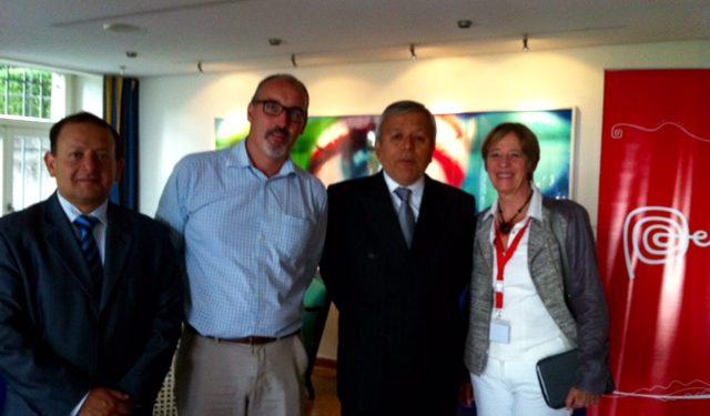 De izquierda a la derecha : Julio Cadenillas Ministro Consejero de la Embajada del Perú, Gabriele Derighetti, Consejero, Jefe de Misión adjunto de la Embajada suiza en Perú, Luis Chuquihuara, Embajador del Perú en Suiza, Corinne Schirmer, Gerente General de la Cámara de Comercio suiza en el Perú.