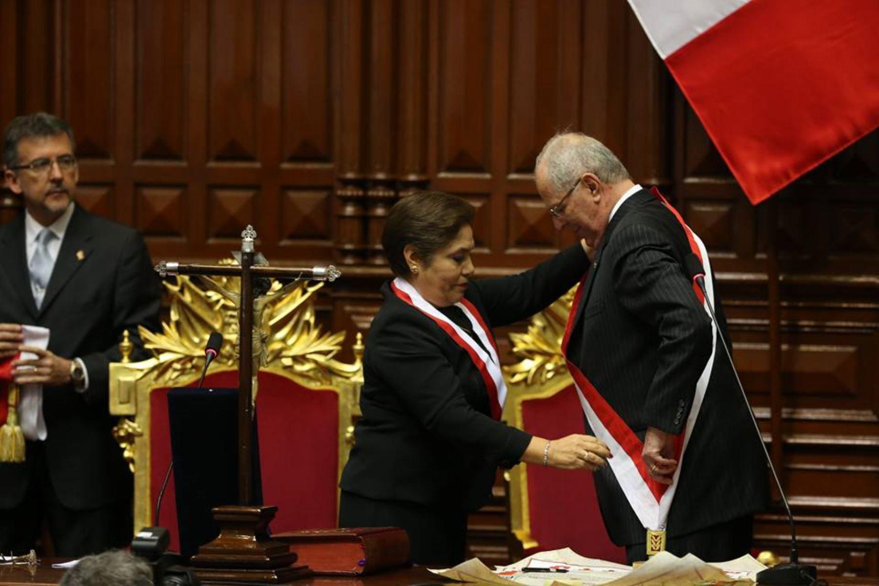 Kuczynski recibió banda presidencial y asumió cargo de Presidente de la República