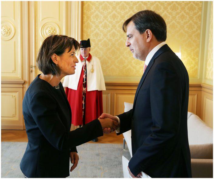 Embajador del Perú Luis Enrique Chávez Basagoitia presenta sus Cartas Credenciales ante la Presidenta de la Confederación Suiza Doris Leuthard. Berna 10 de octubre de 2017.